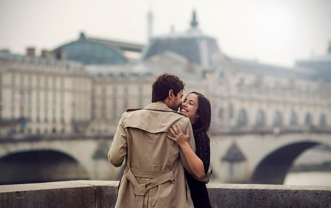 Couple_photographs_Paris_bridge.jpg