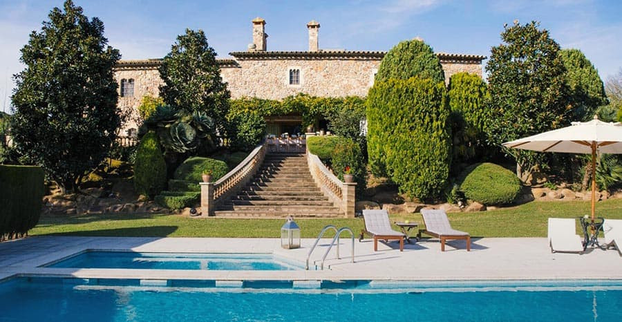 Villa Mandrina is a private finca and one of the best wedding venues in Catalonia. Its perfect to hold a relaxed, peaceful and intimate wedding near Barcelona.