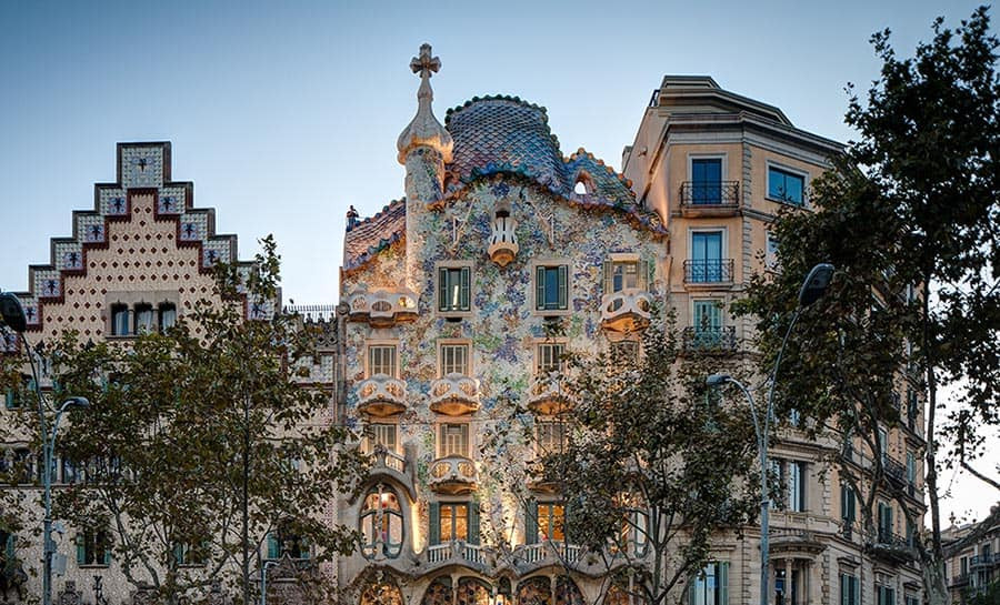 Casa Battló in Barcelona is one of the top wedding venues in Catalonia. Gaudís masterpiece is one of the most romantic wedding locations in Barcelona city.