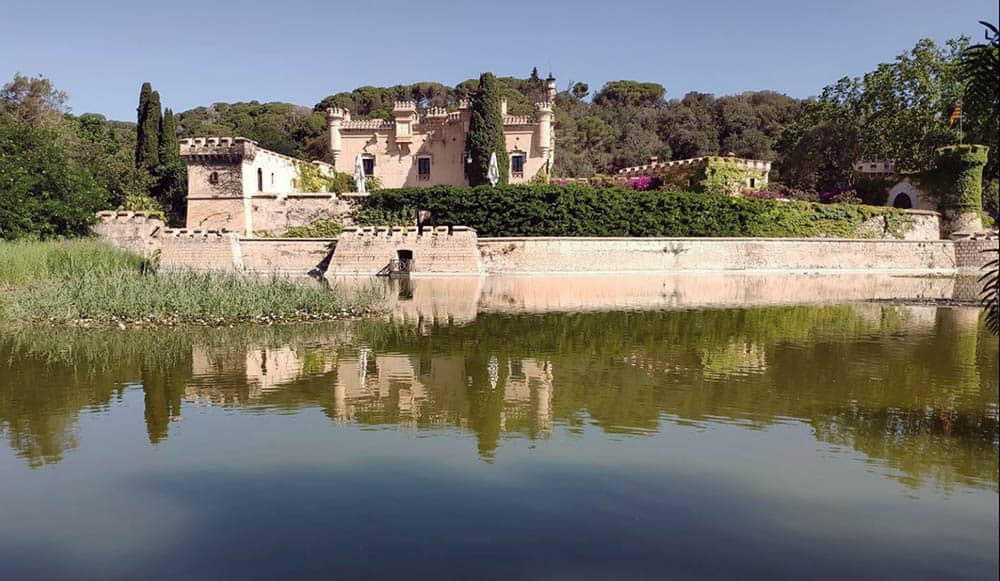 Castell Jalpí is a great wedding venue in Arenys de Mar, very close to Barcelona. It has an own lake and is the perfect place to celebrate a romantic wedding in Catalonia.