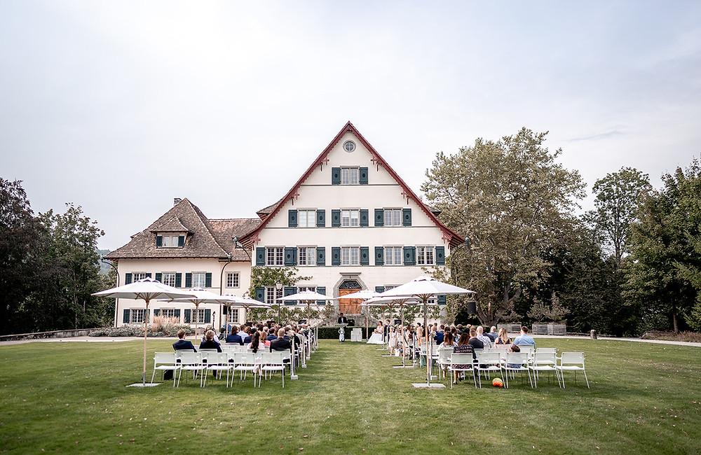 Hochzeit mit Zeremonie im Freien auf der Landhauswiese der Hochzeitslocation Seminarhotel Bocken in Horgen, Zürich.