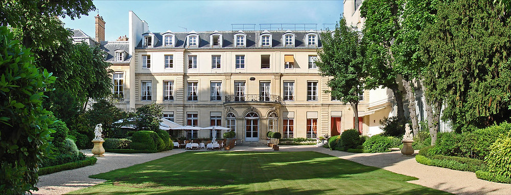Maison de l'Amérique Latine is the perfect wedding location for romantic ceremonies. Couples that are looking for an intimate, romantic wedding in the hearth of Paris. Yvo Greutert english weedding photographer Paris