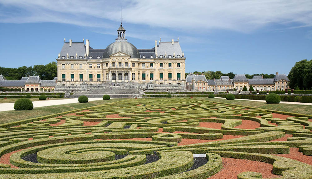 Château de Vaux-le-Vicomte is one of the most demanded and unique location to get married in Paris. The castle is the perfect place for a romantic wedding ceremony in France. Yvo Greutert Wedding Photographer