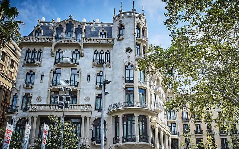 Hotel Casa Fuster is a modernist luxury hotel in Barcelona and one of the best wedding venues to get married in Catalonia. It is a very romantic wedding location.