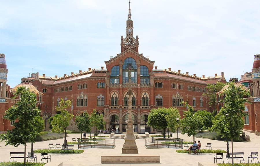 Hospital Sant Pau is one of the best wedding venues in Barcelona. The modernist building is a very special place to celebrate your wedding in Barcelona.