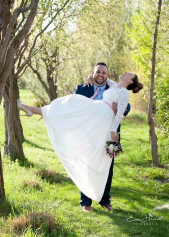 Bräutigam trägt seine Braut auf Händen