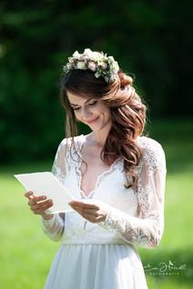 Braut liest Worte der Liebe