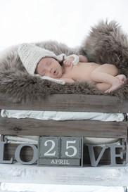 Baby schläft im weichen Fell