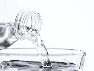 Tomar agua con exceso de soda cáustica puede causar efectos adversos.