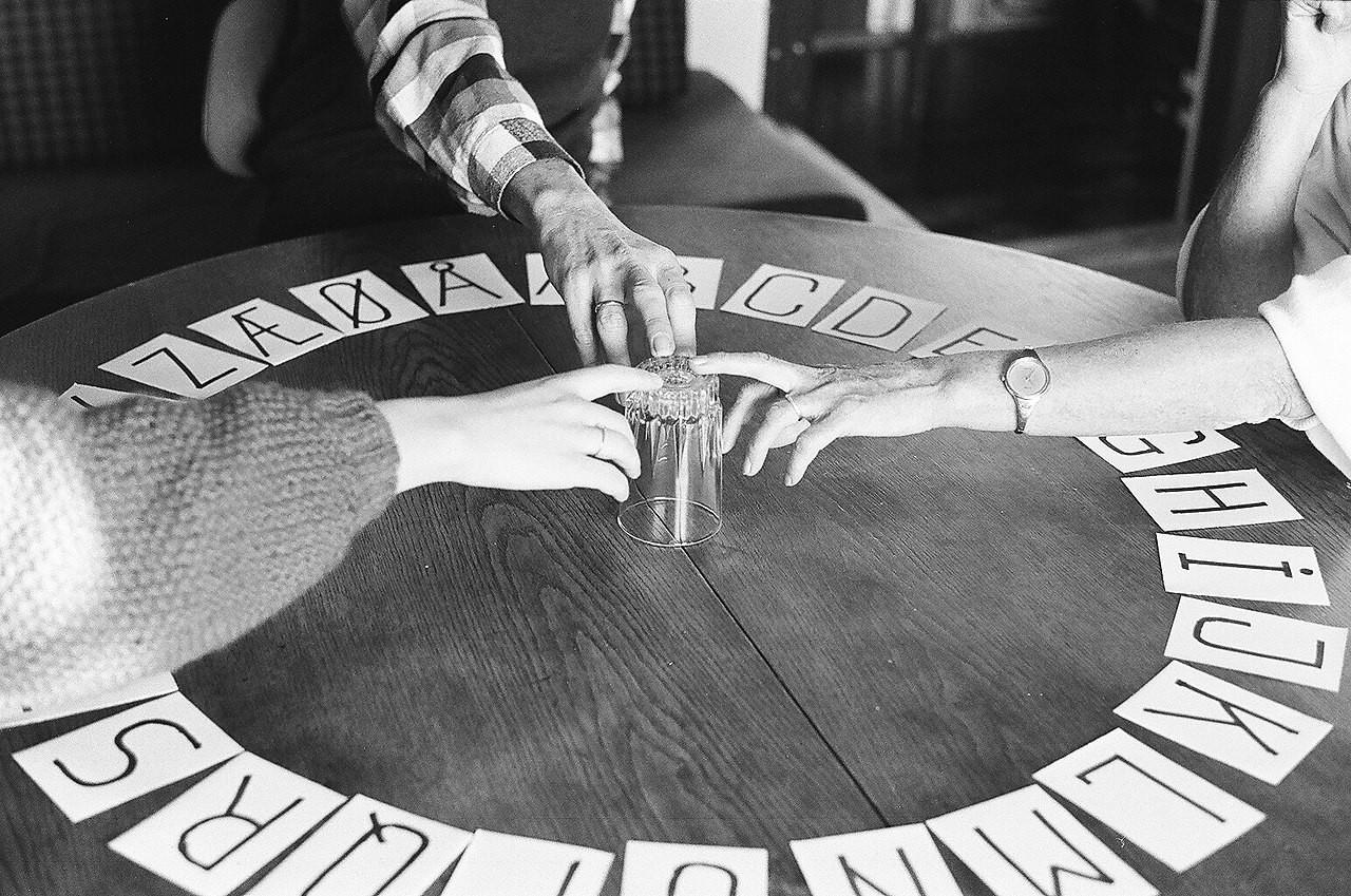1280px-Ouija_board_1987.jpg