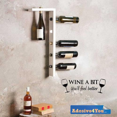 """Vinile da parete motivo con citazione """"WINE A BIT"""". Adesivo4You ®"""