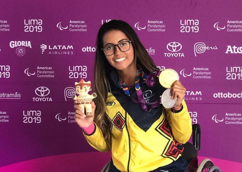 La tenista colombiana posa con las medallas que consiguió en Lima 2019. Crédito: @mariaangelicabervi95