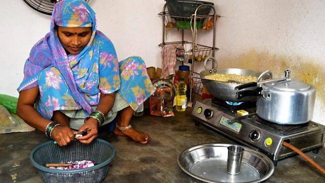 Nirmala, la cuisinière de l'école.
