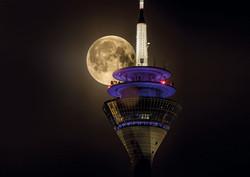 Rheinturm mit Mond