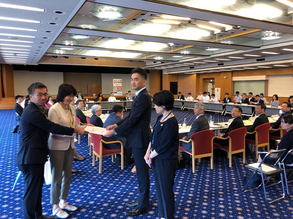 提言を塚田玉樹・SDGs推進本部幹事会副議長に手渡す。