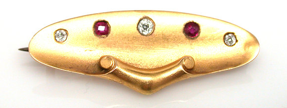 18kt yellow gold pin with diamonds and rubies. Circa 1900.