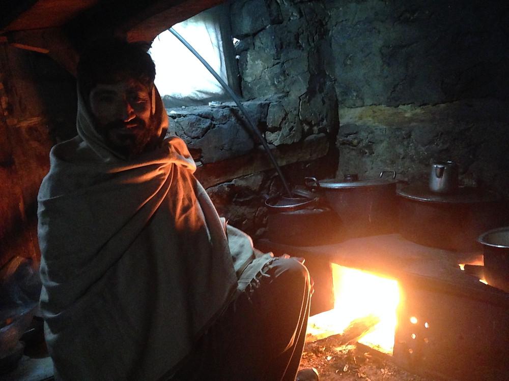 キッチンでチャイを作ってくれているところ。ナウシカの世界の住人のようだった。標高が高いのでかなり寒いです。