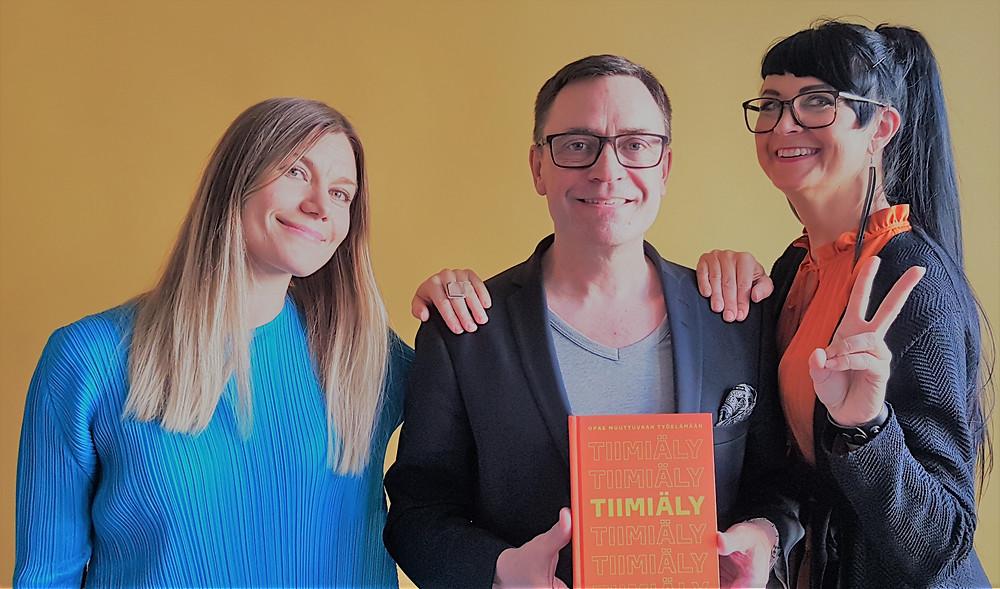 Tiimiäly-kirjan kirjoittajat Ida Hakola ja Maaretta Tukiainen yhdessä Henkon Tomi Halosen kanssa. Kuvasta puuttuu kolmas kirjoittaja Ilona Hiila
