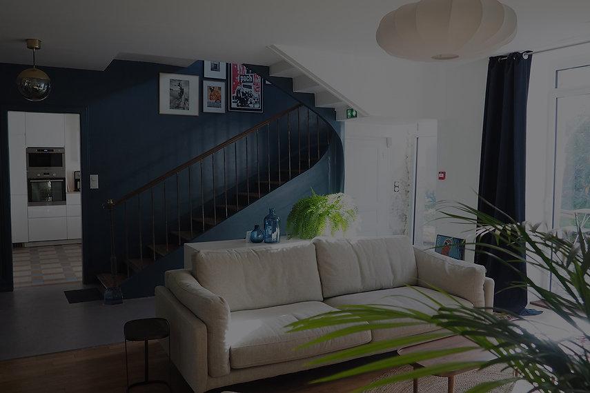Espace partagé (salon avec canapé, fauteuils et télé) à La Maison du bourg. Bureaux, coworking et espaces partagés à Plonéour-lanvern (proche Pont l'abbé et Quimper).