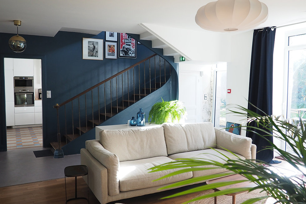 Espace partagé (salon avec canapé, fauteuils, télé...) à La maison du bourg. Bureaux, coworking et espaces partagés à Plonéour-lanvern (proche Pont l'abbé et Quimper)
