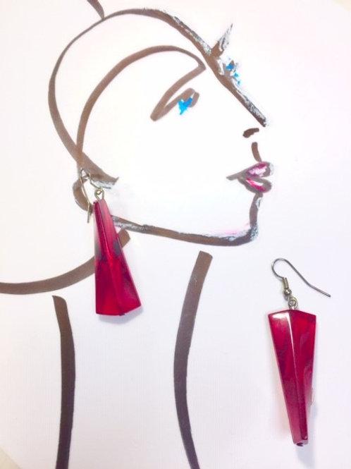 Geometrische Ohrringe - in tiefen Rottönen schimmernd