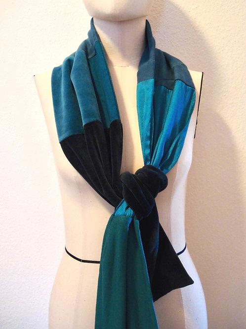 Schal in türkisfarbenem Materialmix