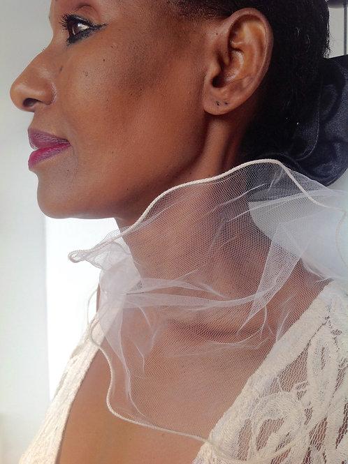Effektschal aus weißem Netz mit wellenförmigem Rand