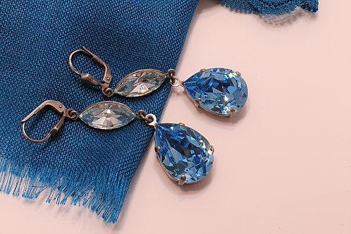 Edle Glasohrringe in strahlendem Blau