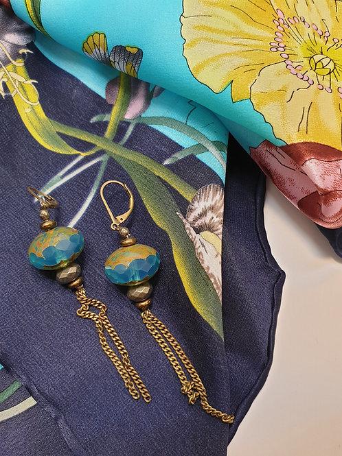 Perlenohrringe mit goldenen Ketten
