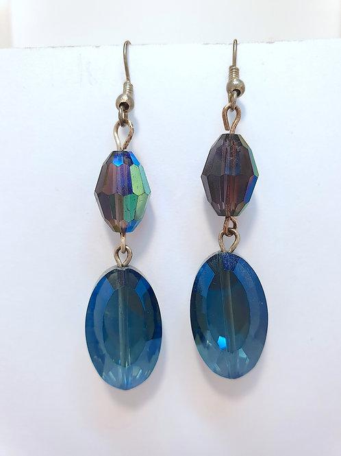 Blaue Glasohrringe in Facettenschliff