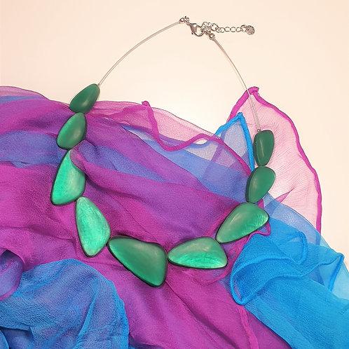 Ein Eyecatcher: besondere Halskette mit dreieckigen Elementen