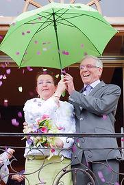 mariés avec confétis et parapluie