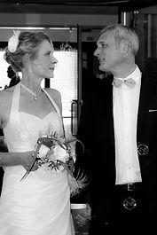 mariés sortant de l'eglise-noir et blanc