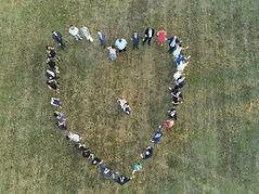 mariés au centre d'un coeur en drone