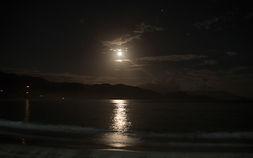 la lune au dessus de la mer