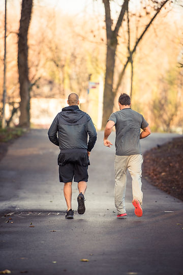 Personal Trainer Joggen im Wald