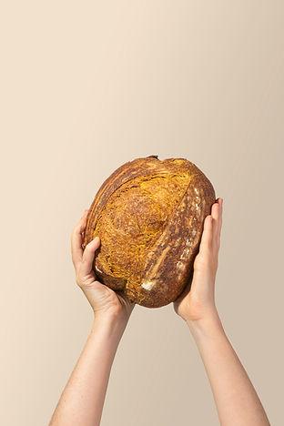 Pão de Curcuma na mão.jpg