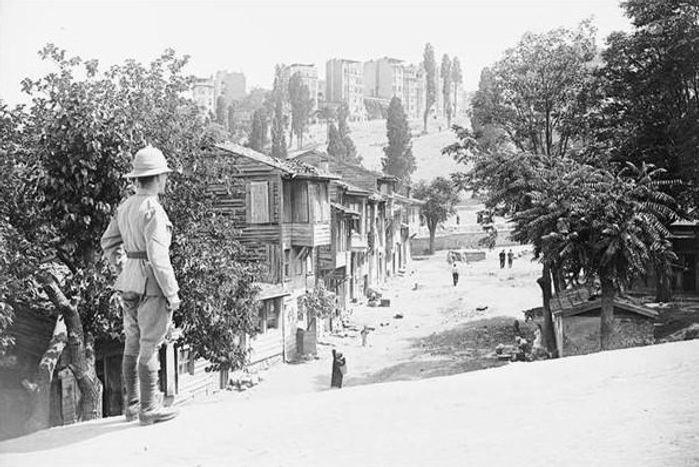 British_soldier_in_Kasımpaşa_İstanbul.jp