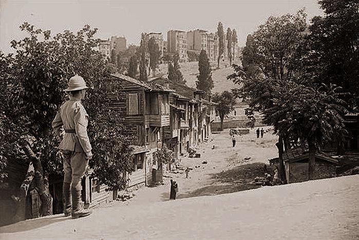 British_soldier_in_Kasımpaşa_İstanbul_ed