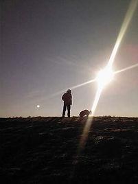 Udo Hoffer mit Hund am Deich