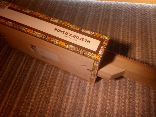 Romeo y Julieta Cigar Box - square neck