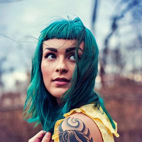 Modelo com cabelo verde