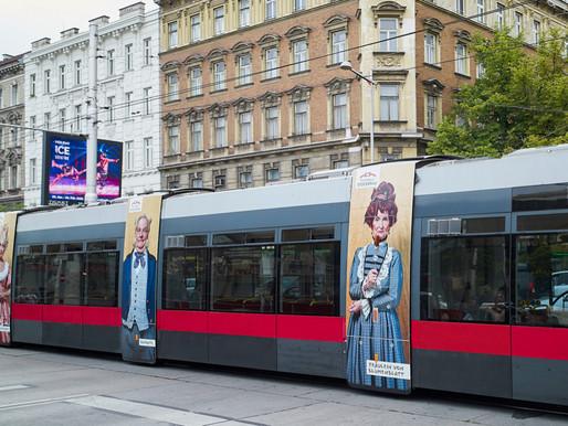 Straßenbahnwerbung für die Festspiele Stockerau