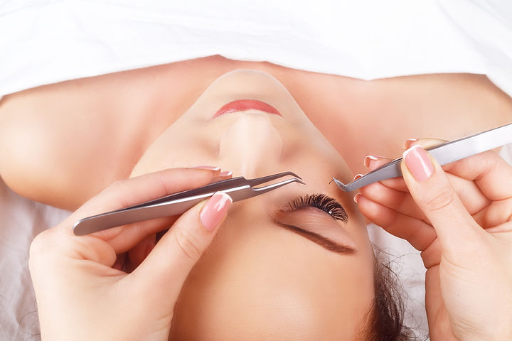 068293305-eyelash-extension-procedure-wo