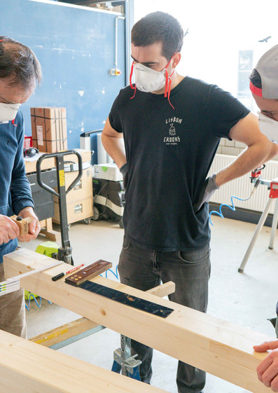Team Besprechung Holzarbeiten Tiny Haus
