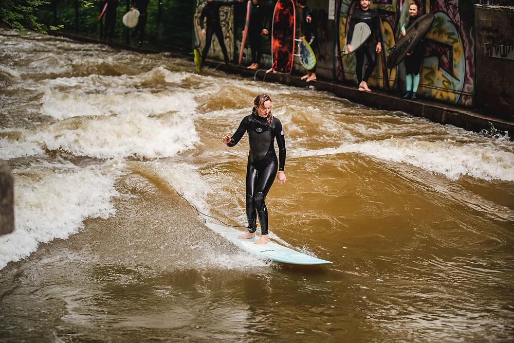 Steffi beim Longboard Surfen mit WAX Z'AM surf wax