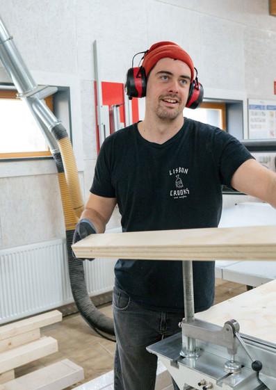 Luca Knipp beim Tiny Haus Bau in der Schreinerei