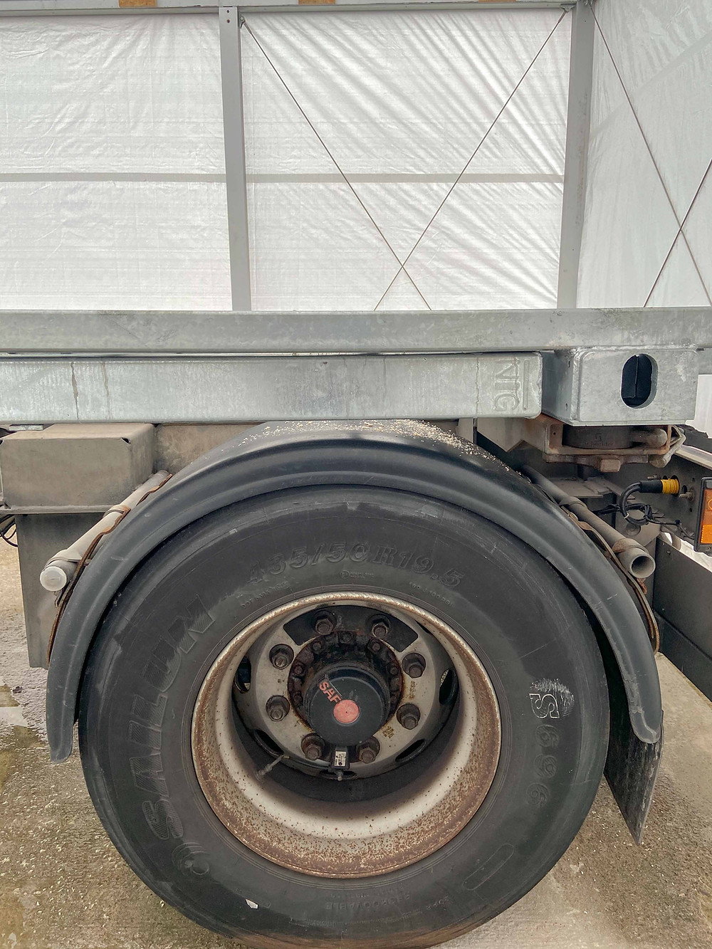 Über den Reifen des Anhängers sieht man eines der vier Stützbeine