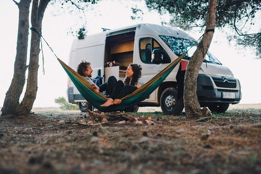 Andi und Kate in Portugal mit ihrem selbstgebauten Camper