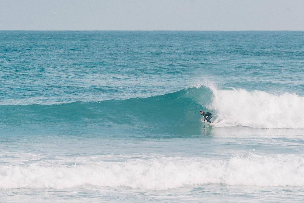 Andi surft eine perfekte Welle in Portugal